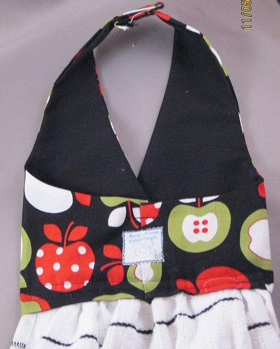 Ces mignons suspendus des linges à vaisselle de toujours un peu derrière sont faites pour ressemblent à robes et vont rehausser votre décor de la cuisine, cette serviette est faite de tissu avec des tasses à café rouge (comme mes tasses bleus populaires). Les corsages sont doublées, et les bandes Velcro sur licol permet daccrocher ces serviettes nimporte où.    Voici les linges à vaisselle suspendus, à ne pas confondre avec des robes, mais jai eu un client à mon marché dagriculteurs qui…