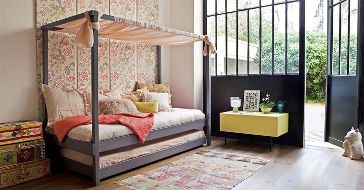 """Ambiance bohème avec le lit à baldaquin VIBEL / papier peint """"Persian Garden"""" d'OSBORNE&LITTLE / valises ASIATIDES / plaid et linge de lit MAISON DE VACANCES"""
