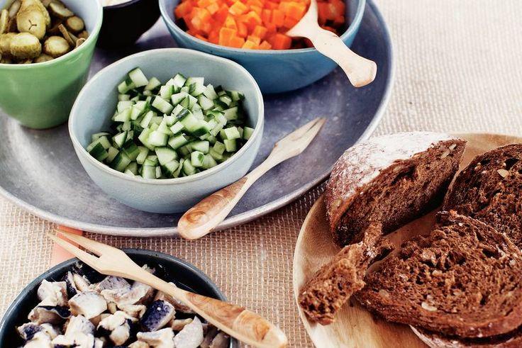 Carnaval kent 3 belangrijke ingrediënten die het samen erg goed doen: zure haring. augurk en komkommer.- Recept - Allerhande