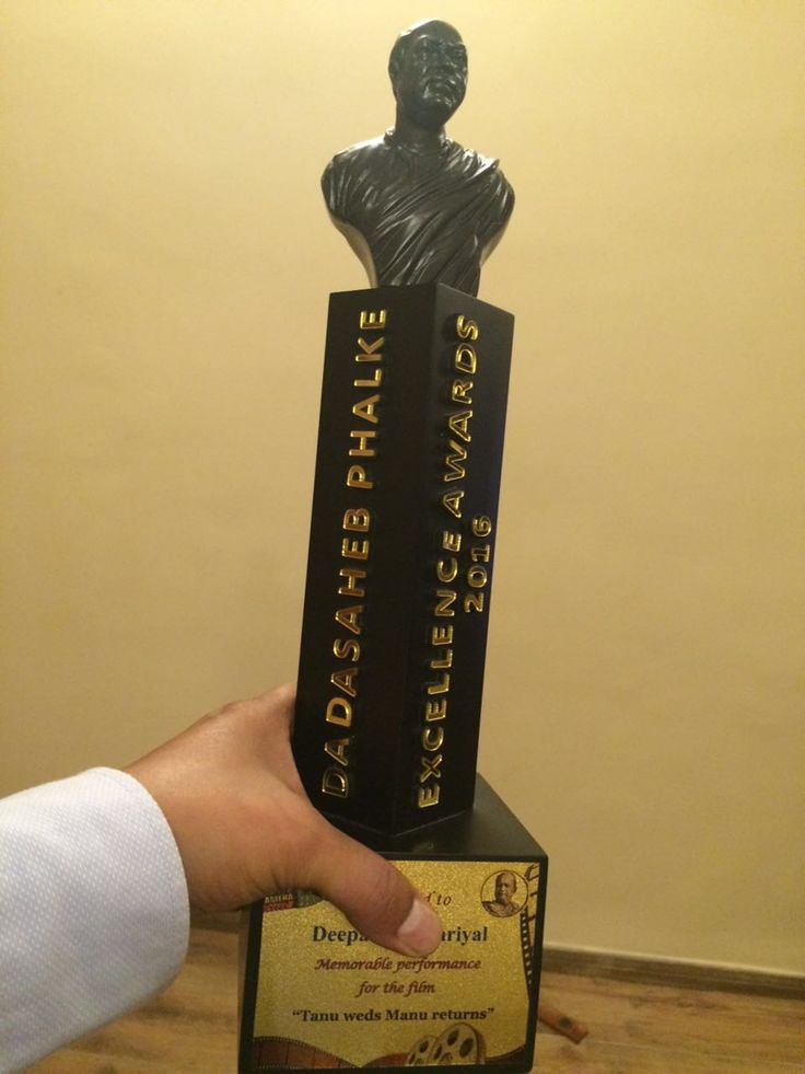 Deepak Dobriyal Dadasaheb Phalke Excellence Awards 2016 Trophy