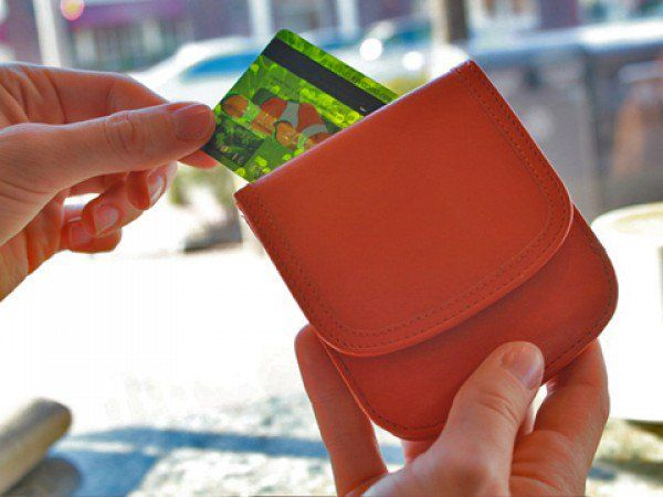 The Grommet team discovers the Taxi Wallet by Alicia Klein. This exceptionally thin wallet stores your essentials compactly and slips into any pocket so you can be on your way.