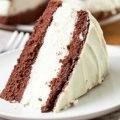 Un rico pastel de chocolate obscuro relleno de chocolate blanco.