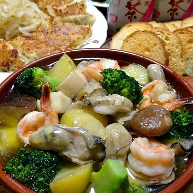 牡蠣はぷっくり♪したら食べ頃!!旨みたっぷりで、ひとつふたつと、止まらないw美味しさです☆ - 232件のもぐもぐ - 牡蠣のアヒージョです。旬の恵みを堪能!オイルまで丸々美味し〜1品♪♪野菜もいっぱい入れてね☆ by yumyumy1