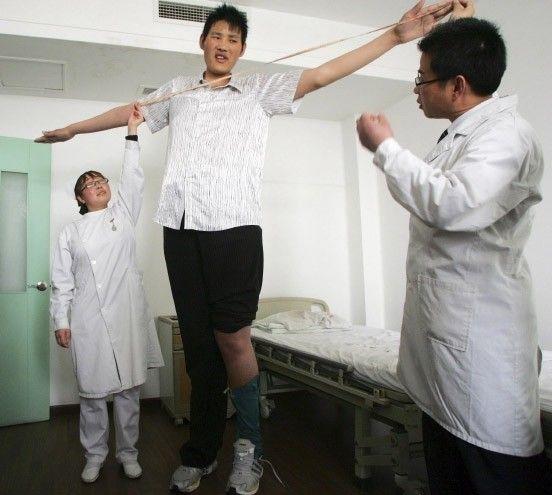 Zhao Liang ist 27 Jahre alt und aufgrund seiner Größe ein heißer Antwärter für das Guinessbuch der Rekorde.