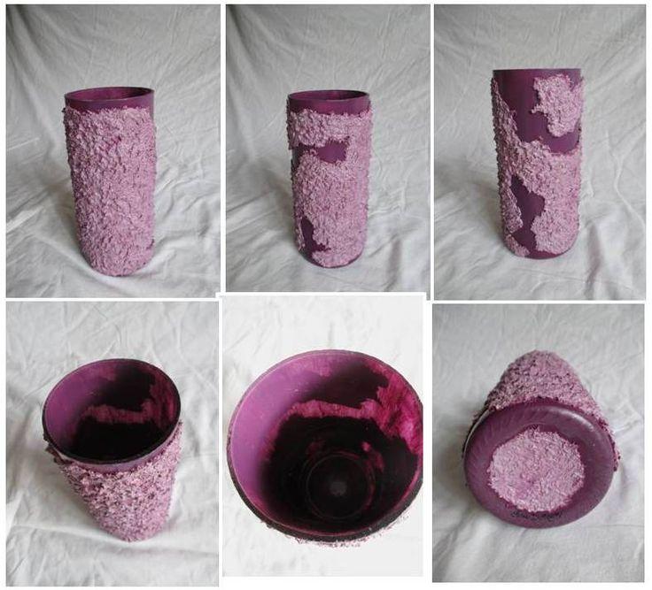 Vaso: bottiglia tagliata rivestita, color prugna chiaro e scuro. Materiale: bottiglia di vetro di riciclo, pasta di scagliola e trucioli. Misura altezza: 18cm