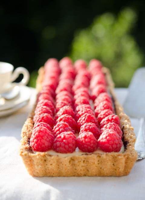 Pannacotta pie with fresh raspberries and dark chocolate. I'm in dessert heaven.  Pannacottapaj med färska hallon. Recept och fler bilder i länken!