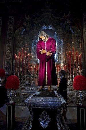 Besapiés del Señor de Pasión, Capilla Sacramental de la Iglesia Colegial del Salvador, Sevilla / EDUARDO AYLLON