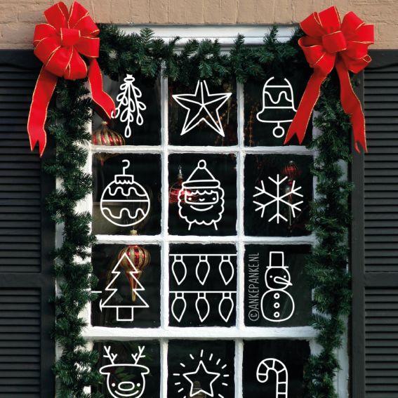 Leuke kerstmis doodles raamtekening zoals de kerstman, elf en peperkoekmannetje, maar ook sneeuwpop, kerstlichtjes, kadootjes enzovoorts, om op je raam te tekenen in december.