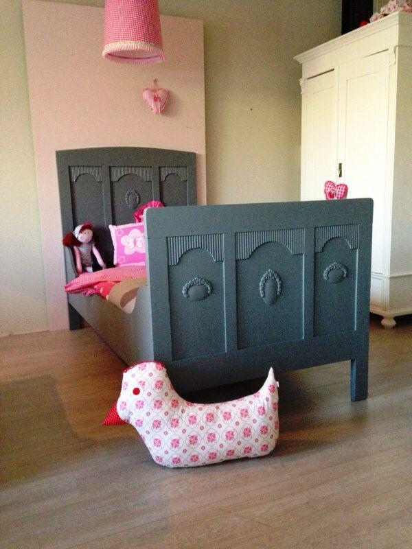 Sierlijk antiek eenpersoons bed, mat antraciet afgelakt. Voor meer details en onze voorraad antieke bedden kijk op www.olijk nl