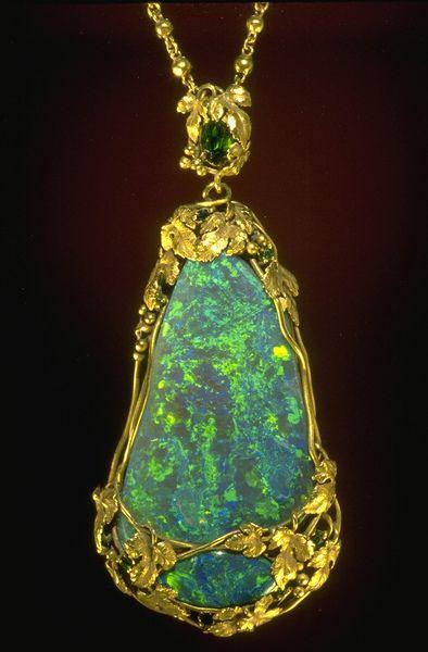 Tiffany opal pendant (G5120). Photo by Chip Clark.