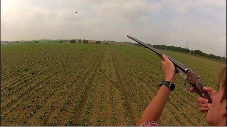 Ce jeune chasseur (du nord?) branché a un bon coup de fusil et un beau juxtaposé. Les pigeons ne ressitent ni à l'un ni à l'autre. Son look camo est lui aussi irrestitible ! 3 pigeons au tableau !