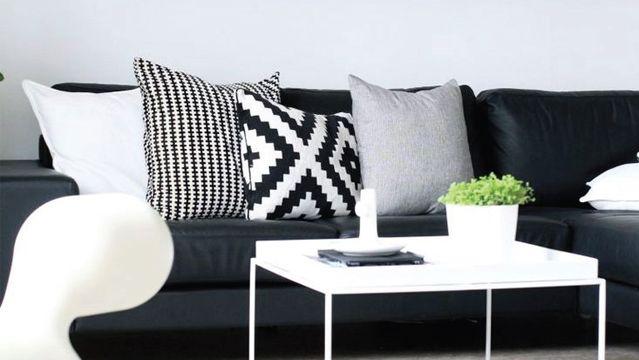 Quelles couleurs associer à un canapé en cuir noir ?