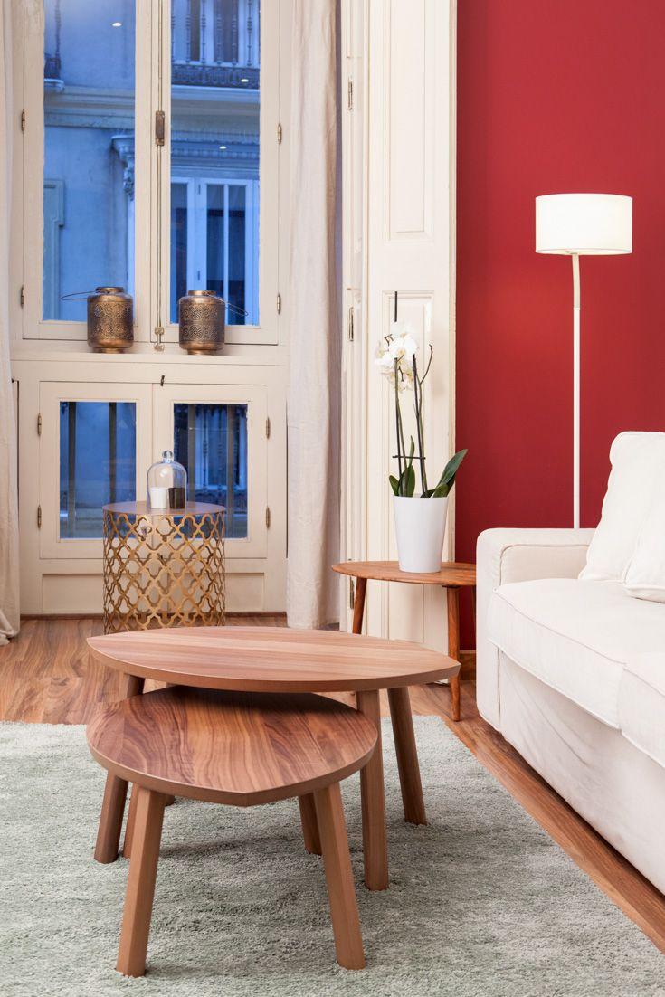 Decorar sala de estar con mesas de centro bajas  triangulares de estilo nórdico de madera de nogal