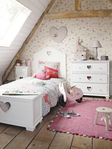 Habitación infantil con muebles en color blanco y estilo provenzal