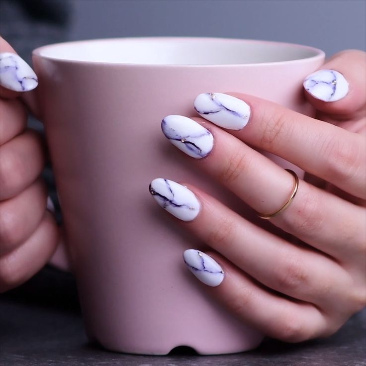 Try out ways to get these cool marble nails! #marblenails #nails #glam