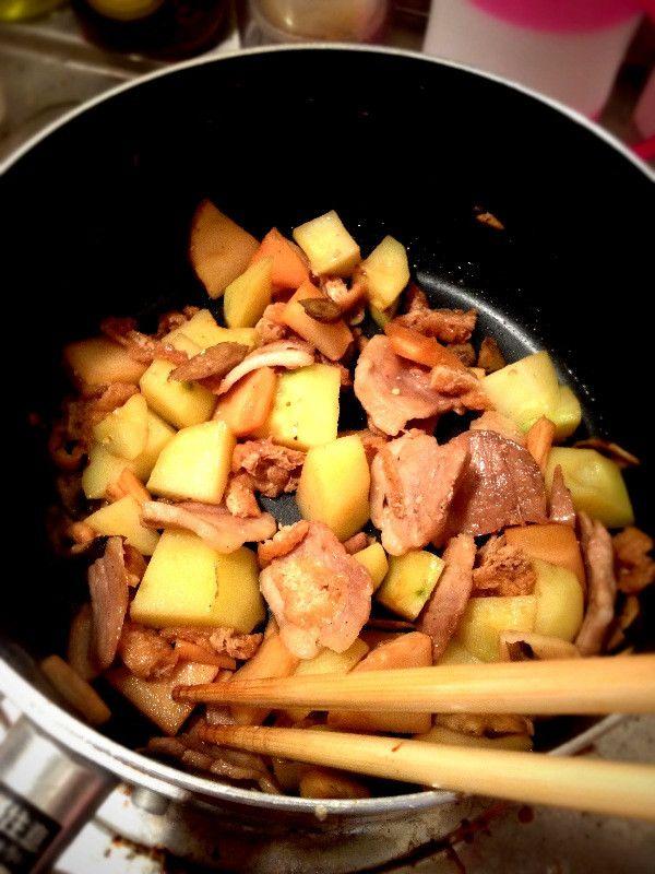 お昼ご飯です。まだ皿によそる前の写真だけど。たけのこ、豚バラ、油揚げ、じゃがいも、ごぼうの甘辛煮みたいなやつ!昨日の夜はパプリカとか白ワイン使って超洋風かと思えば今日の昼は超和風。 めっちゃ美味しいよ。  *10