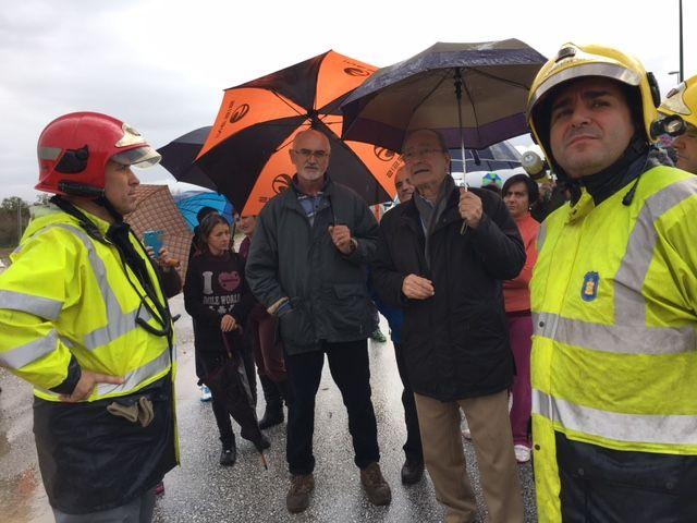 Málaga rebaja su nivel de alerta por lluvia de rojo a naranja, el temporal se cobra una victima en la localidad de Estepona