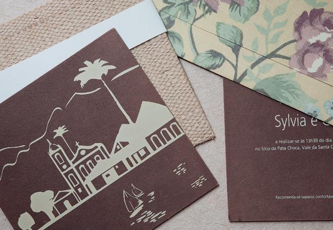 Uma ideia original é optar por convites impressos em chapas de madeira e MDF, como estes, da Santa Festa. As peças combinam muito com as celebrações na praia ou no campo  Lilian Knobel