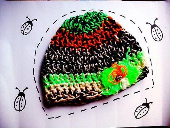 CAppello berretto multicolore all'uncinetto colori nero, arancione, verde fosforescente con ponpon e perlina idea regalo festa della mamma