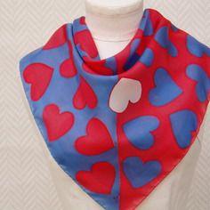 """Foulard, gavroche, écharpe bleu rouge """"que des cœurs"""" en soie peint à la main"""