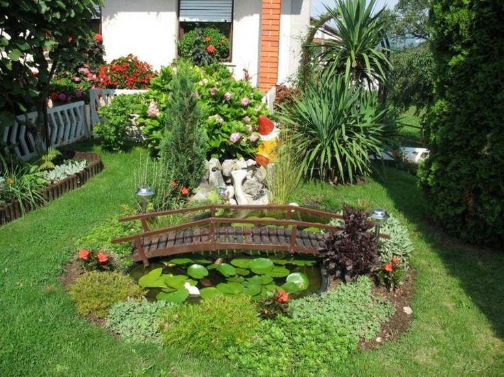 Ein kleiner Gartenteich aus einer Teichschale mit Brücke aus Holz