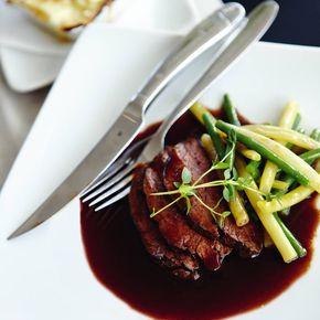 Rödvinssås - här är det godaste receptet! Det här är ett recept på en klassisk sås som är fantastiskt god, enkel med relativt få ingredienser, och lättlagad! En rödvinssås går att använda till många olika typer av maträtter, men smakar kanske allra godast till en riktigt saftig bit kött. Fler recept på rödvinssås hittar du här.