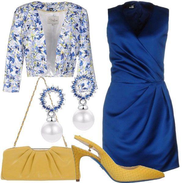 Un abito in raso senza maniche abbinato ad una giacca corta bianca a fantasia floreale nei toni del blu e del giallo. Le scarpe sono un modello chanel gialle abbinate alla pochette. Gli orecchini a forma di cerchio con pietre blu e una perla pendente sono originali ma delicati.