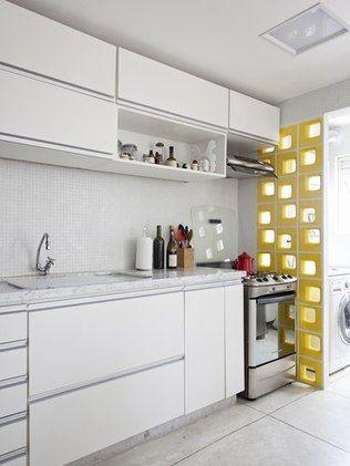 """Os blocos vazados têm a função de """"fechar"""" ambientes, mantendo a privacidade sem perder a circulação de ar e a entrada de luz natural. Desta forma, é ideal em ambientes pequenos, como em cozinhas e lavanderias, para permitir uma melhor ventilação. """"O cobogó tem uma plasticidade muito bonita. É um material que fica bem em qualquer lugar. Sabendo usar, pode ter na sala de estar, na divisória de ambientes, em um escritório mais sofisticado"""", afirma o arquiteto Tiago Curioni, do Studio Cobogó…"""