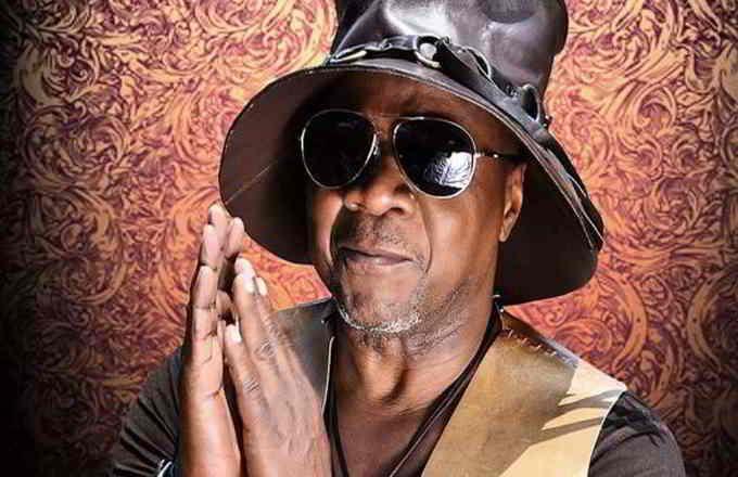 Le chanteur congolais Papa Wemba, 66 ans, est décédé dans la nuit de samedi à dimanche après un malaise survenu sur scène à Abidjan où il part