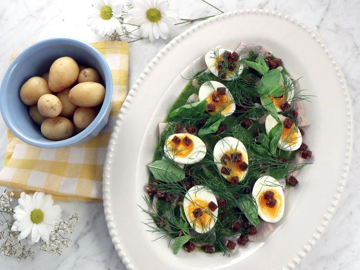Sill med salsa verde, löskokt ägg och rågbröd | Recept från Köket.se