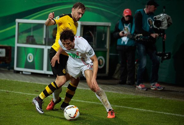 Ja Cheol Koo Photos - Ja-Cheol Koo (R) of Augsburg and Marcel Schmelzer of Dortmund vie for the ball during the round of sixteen German Cup (DFB Pokal) match between FC Augsburg and Borussia Dortmund at WWK-Arena on December 16, 2015 in Augsburg, Germany. - FC Augsburg v Borussia Dortmund  - DFB Cup
