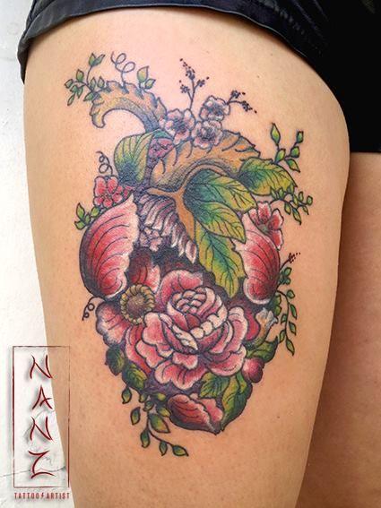 Precioso corazón anatómico hecho de flores. Por Nancy Abraham Tattoos en Playa del Carmen, México.