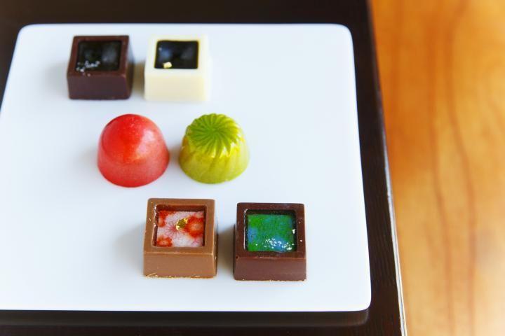 ショコラティエが一つひとつ丁寧に仕上げるボンボンショコラなど、バラエティ豊かな商品を展開する「chocolat BEL AMER(ショコラ ベル アメール)」の関西初となる路面店が京都に開店しました。町家を改装した空間は、1階が限定商品を多数そろえるショップ、2階はチョコレートを使ったスイーツやドリンクが楽しめる「ショコラバー」となっています。