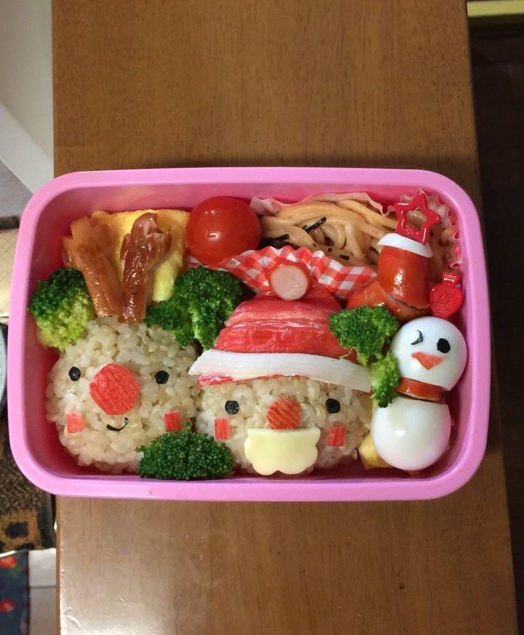 """""""幼稚園のクリスマス会のお弁当を作ったのだけど前日のご飯が玄米だったのでサンタが色黒になり若干チャらくなってしまった。そんなことも許される日。今日はクリスマス。"""""""