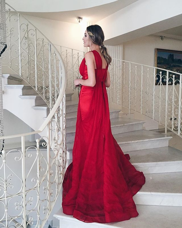 Feeling like a greek goddess in this red gown and this golden headpiece from @katerinimou