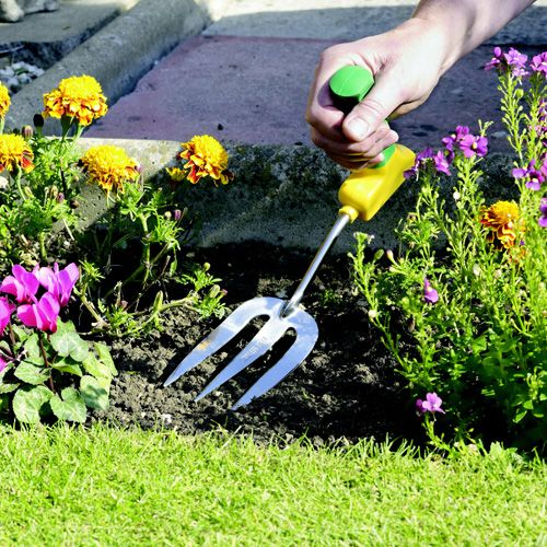 Ergonomic Easi-grip garden fork Ergonomically angled handle keeps hand and wrist in a natural position, preventing strain whilst gardening