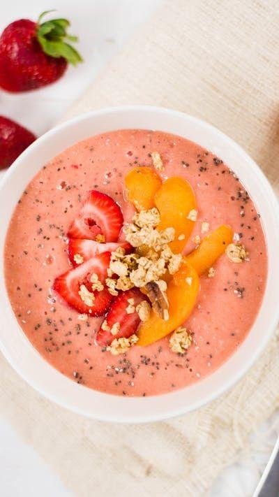 Eine fruchtig-beerenreiche Smoothie-Schüssel ist perfekt zum Frühstück.   – Paleo