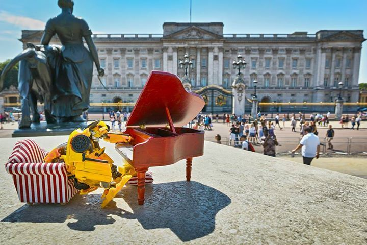Bumblebee enjoying the sun at Buckingham Palace ☀️ Where will the #Transformers be tomorrow? 😁 #SmythsToys #cuteitems #watch #sunglasses #toys #noveltytoys