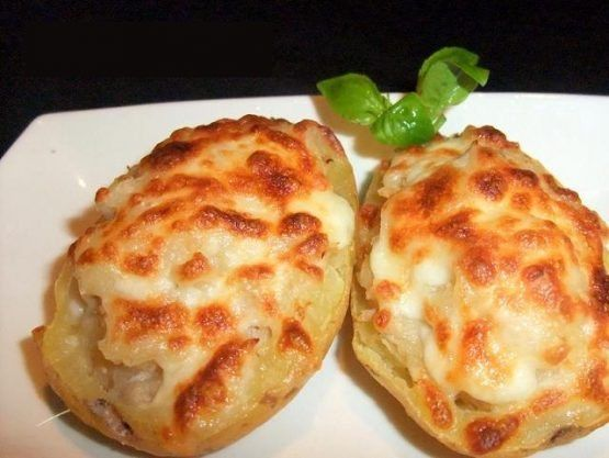 Hoy vamos a enseñarles como preparar patatas rellenas de atun, una receta increiblemente fácil, solo debemos cocer, rellenar y hornear.!  INGREDIENTES: 4 papas (patatas) medianas 1 chorrito de leche 1 cucharada de manteca(mantequilla) reblandecida 2 latas de atun (bien escurridas) Un chorrito de Salsa de tomate (tomate frito) queso rallado (para gratinar)( a gusto) sal (a gusto) oregano y pimienta (a gusto) 2 huevos (opcional) PREPARACION: 1. Primero debemos cocinar el huevo para formar…