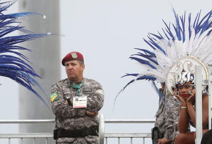 Eine brasilianische Tänzerin und ein Soldat schauen gemeinsam das...