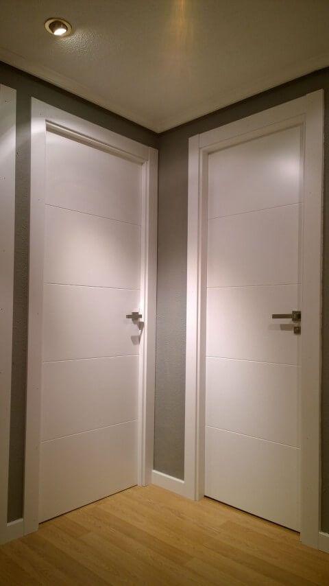 Forrado de puerta de entrada, instalación de puertas de paso lacadas en blanco, con fresado y con vidriera de hoja sencilla modelo 9005 de Sanrafael.