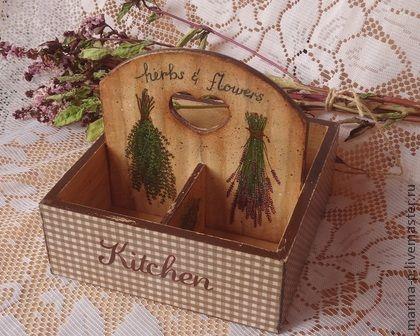 Подставка под специи `Душистые травы`. Деревянная подставка под специи или чайные пакетики. Выполнена в технике декупаж.В работе использованы только водные краски, лаки и патина.Послужит хорошим подарком для тех, кто любит украшать свою кухню.
