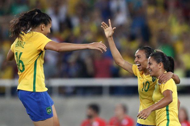 A artilheira Marta, da seleção brasileira de futebol feminino, fez dois dos cinco gols que garantiram a vitória em cima da Suécia. | Esta camiseta resume o que o Brasil está sentindo agora sobre futebol