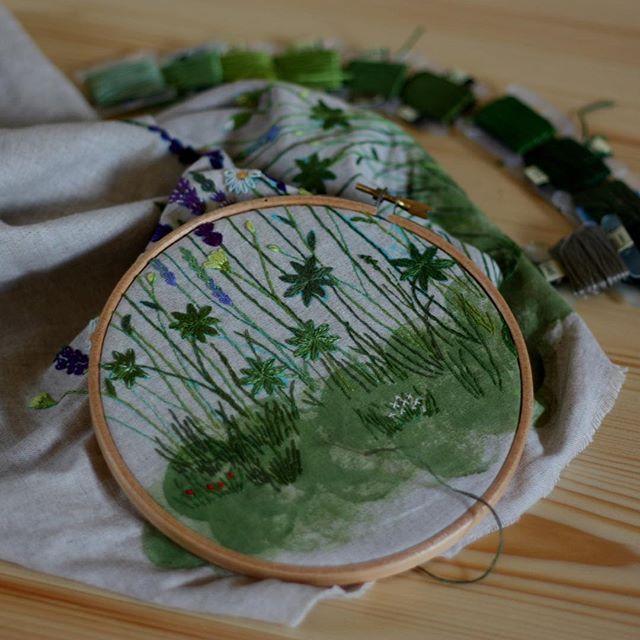 Привет, июль! Я сочиняю травы... #bm_embroidery #bosikom2embroidery #bosikom2шьетивышивает #handmade #handycraft #handembroidery #handembroided #embroidery #livemaster #madebyhand #decor #embroideryart #вышивка #вышиваемгладью #гладь #вышивкагладью #вышивкагладью #вышивкаручная #ручнаяработа #ручная_работа #рукоделие #ручнаявышивка #ручнаявышивкагладью #историявдом #сделанослюбовью #душевнаявышивка #домашнийдекор #modernembroidery #травы #meadow