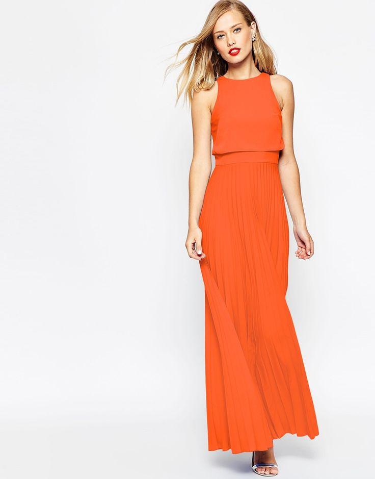 Un abito arancione per un matrimonio? Perché no! In lungo, come vuole la tradizione, e dal tessuto morbidissimo. Sceglilo su Listupp!