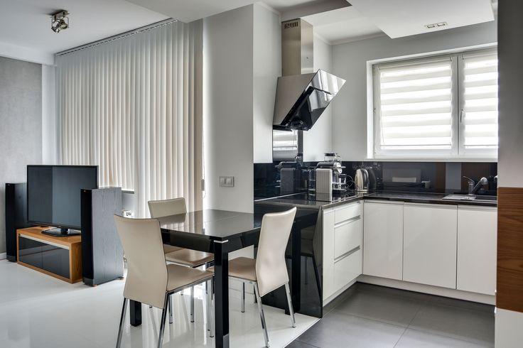 Nowoczesny, dwupokojowy apartament na osiedlu Tysiąclecia,  przy al. Krzywoustego 2, idealny dla singla lub pary. Eleganckie wnętrze składa się z przestronnego, klimatyzowanego salonu z podświetlaną loggią połączonego z częścią jadalną i otwartą kuchnią, komfortowej sypialni z wygodnym łóżkiem, łazienki z prysznicem na całej ścianie.