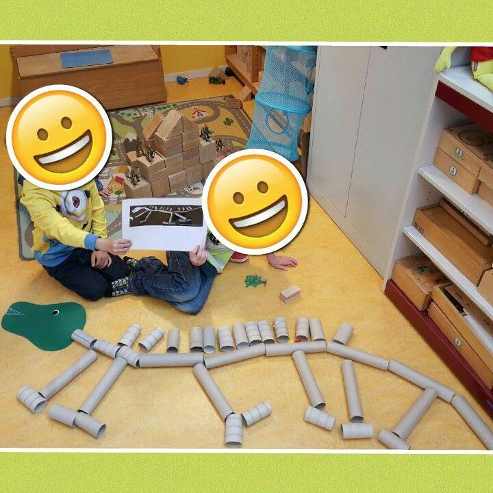 Dinosaurus skelet van wc- en keukenrollen.