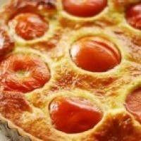 Сырный торт для пикника с помидорами и базиликом