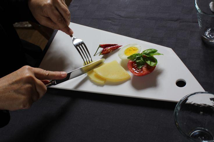 PASTO FRUGALE. Collezione di taglieri d'ispirazione cubista, ottimi per decorare, tagliare, servire a tavola o consumare piccoli pasti. www.futility.it