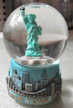 8 Snow Globes Images Pinterest World Cadeau Souvenir De York